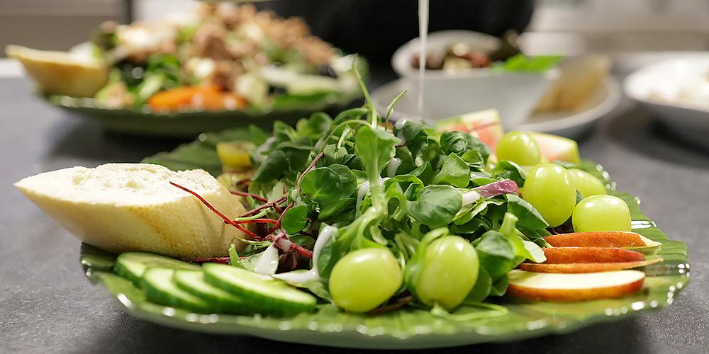 frischer Salatteller. Genießen und entspannen im Tropicana