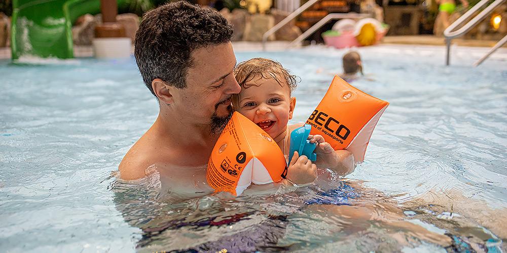 Kind lernt Schwimmen mit Beco-Schwimmhilfe