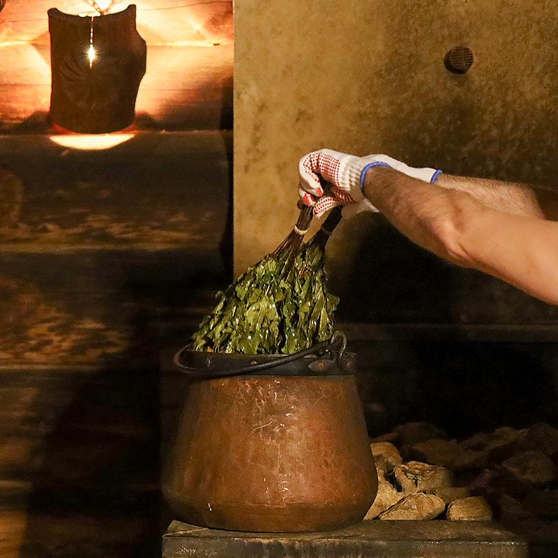 Saunaaufguss mit Birkenzweigen