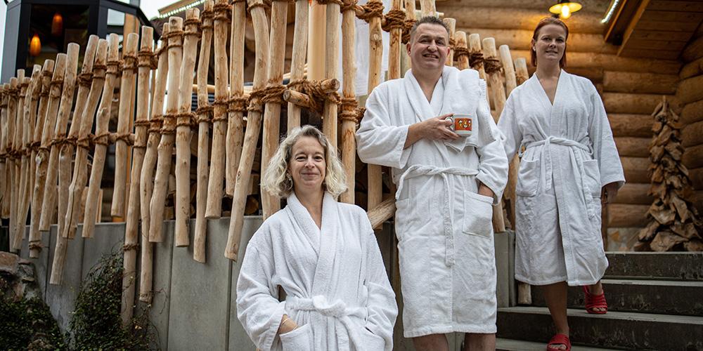 3 entspannte Personen im Saunagarten