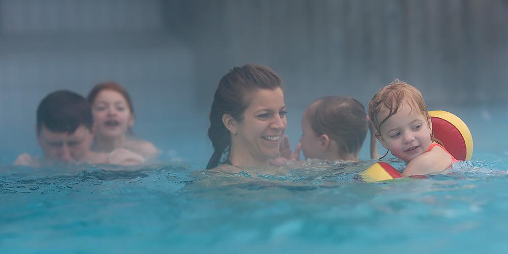 Schwimmen unter Aufsicht der Eltern