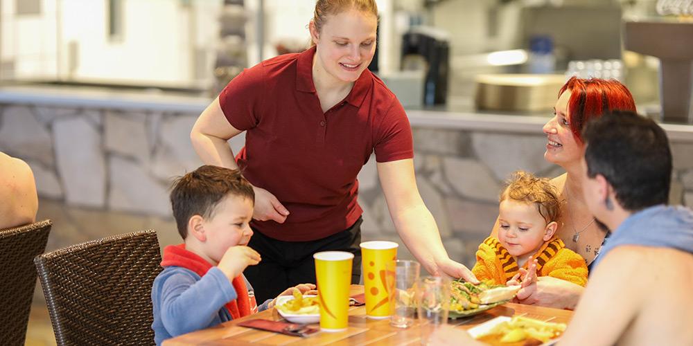 Eine Familie bekommt leckere Snacks serviert